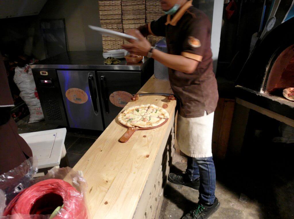 Pizza tungku sudah jadi - Coffe n' Friends