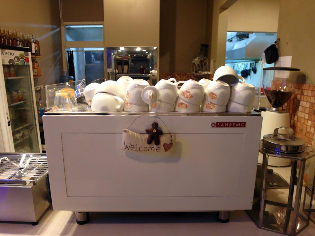 Tumpukan cangkir kopi di atas mesin espresso (Coffe n' Friends)