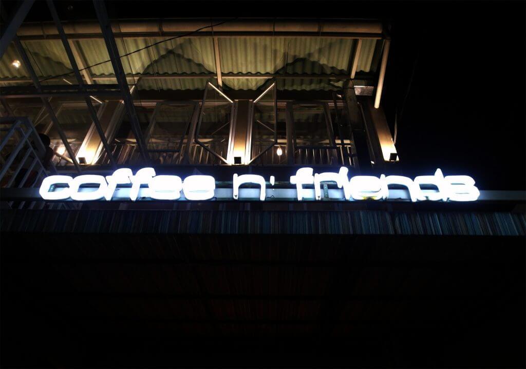 Neon sign Coffee n' Friends di depan (Coffe n' Friends)