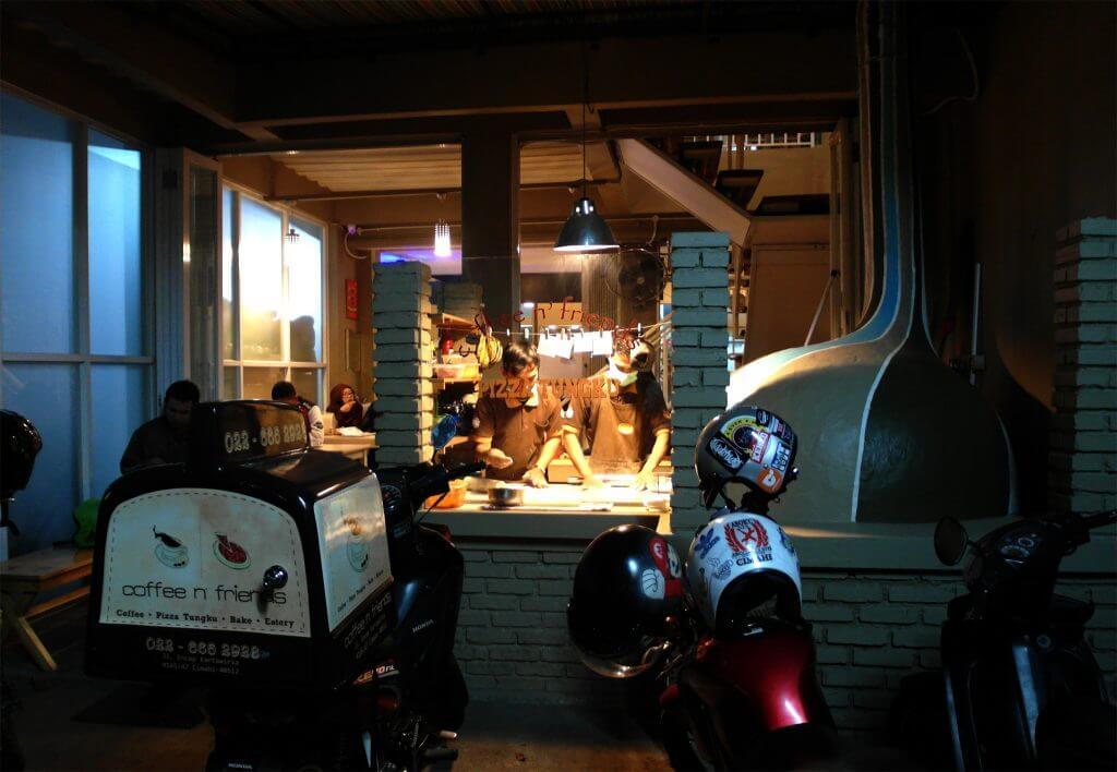 Pintu masuk Coffee n' Friends, tungku pemanggang pizza dan dapur pengolah pizza (Coffe n' Friends)