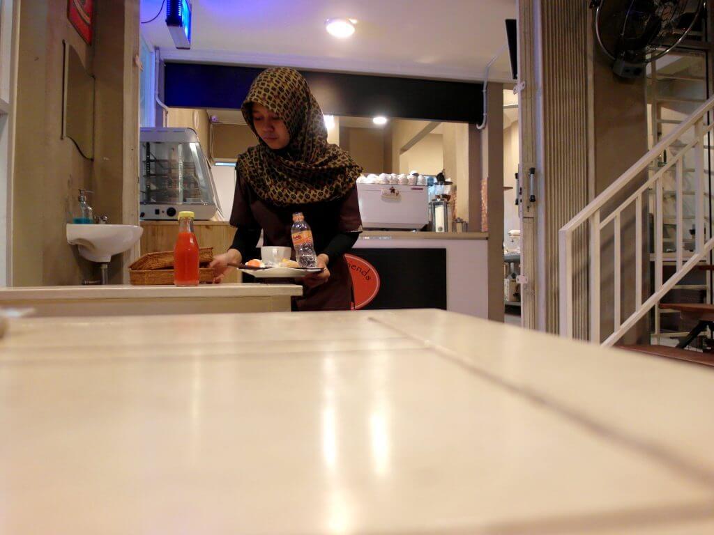 Waitress sedang membersihkan meja di Coffe n' Friends