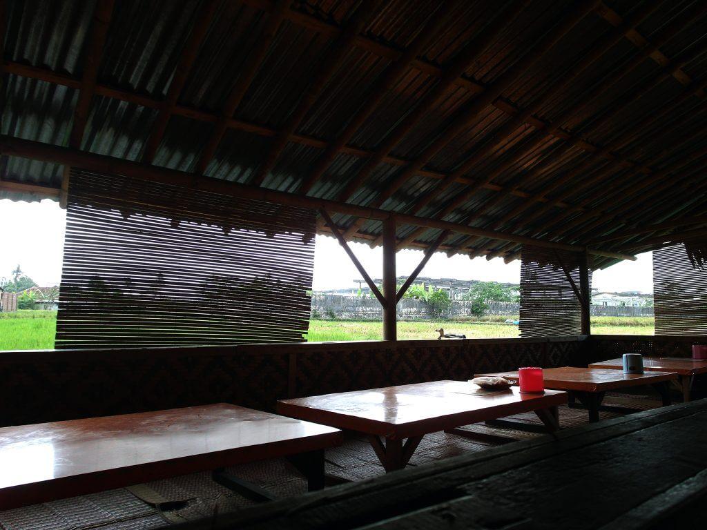 Suasana rumah makan Nasi TO Mr. Rahmat, Tasikmalaya - pemandangan sawah