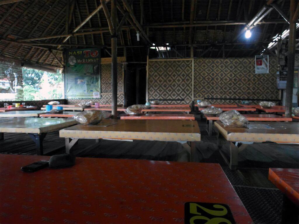 Suasana rumah makan Nasi TO Mr. Rahmat, Tasikmalaya - lesehan