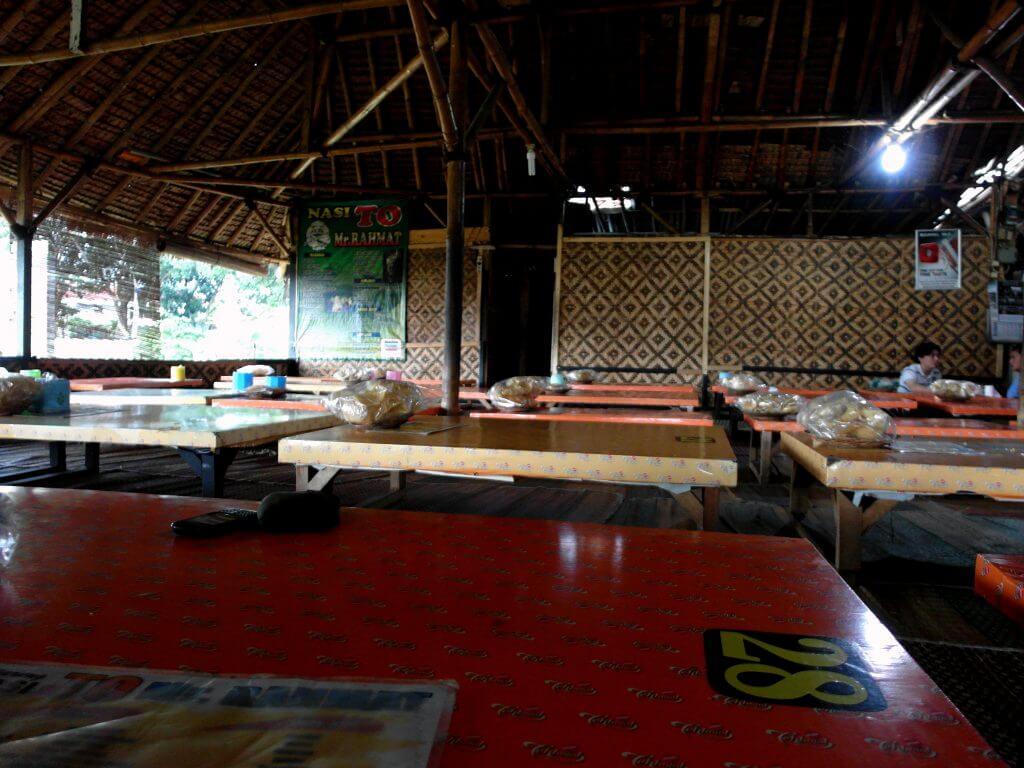 Suasana rumah makan Nasi TO Mr. Rahmat, Tasikmalaya - makan sambil lesehan