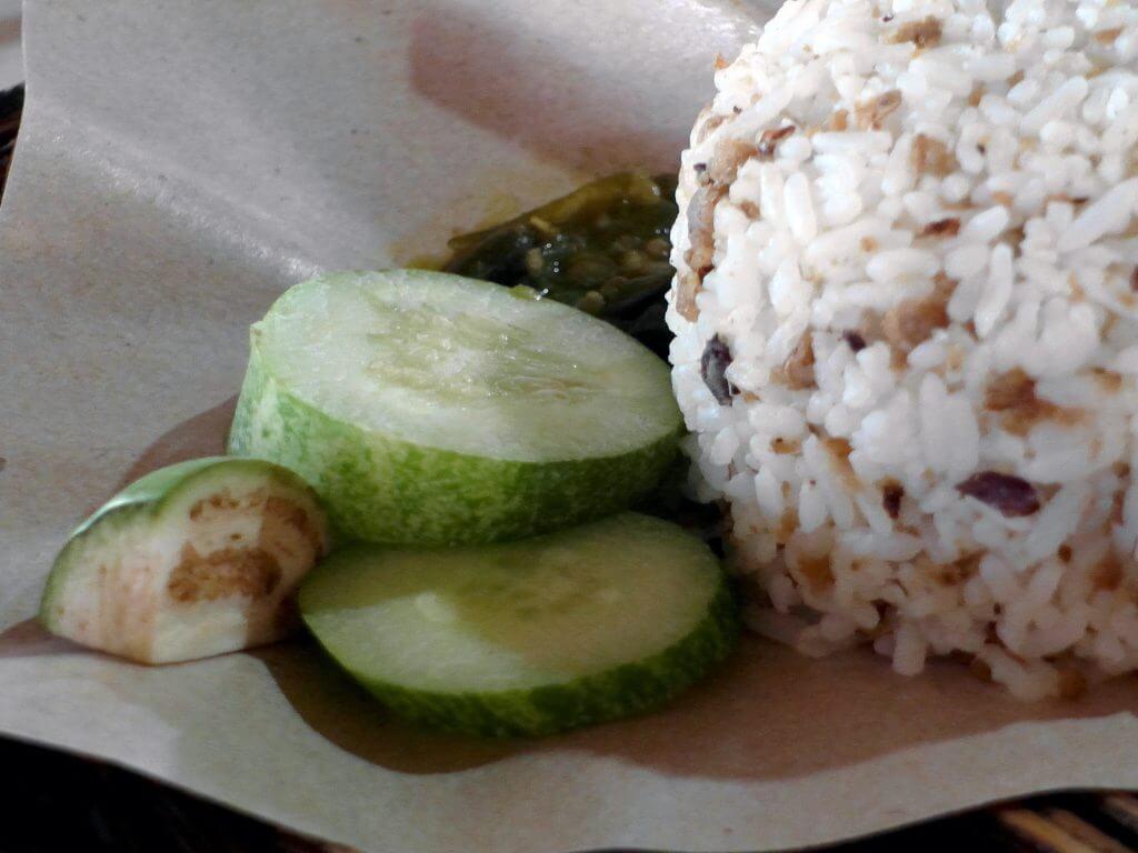 Nasi tutug oncom Mr. Rahmat Tasikmalaya - lalap dan sambal cabe hijau